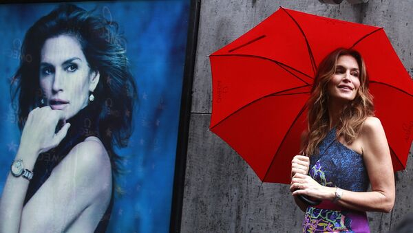 Синди Кроуфорд принимает участие в рекламной кампании часовой марки Omega в Мумбаи, Индия