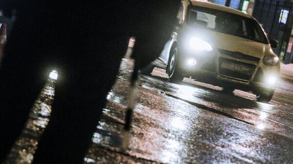 Сотрудник дорожно-патрульной службы дежурит на посту во время проведения оперативно-профилактического мероприятия Невод на улице Верхние поля в Москве