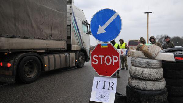 Украинские активисты стоят на блокпосту возле Львова, блокируя движение грузовиков с российскими номерами во Львовской области