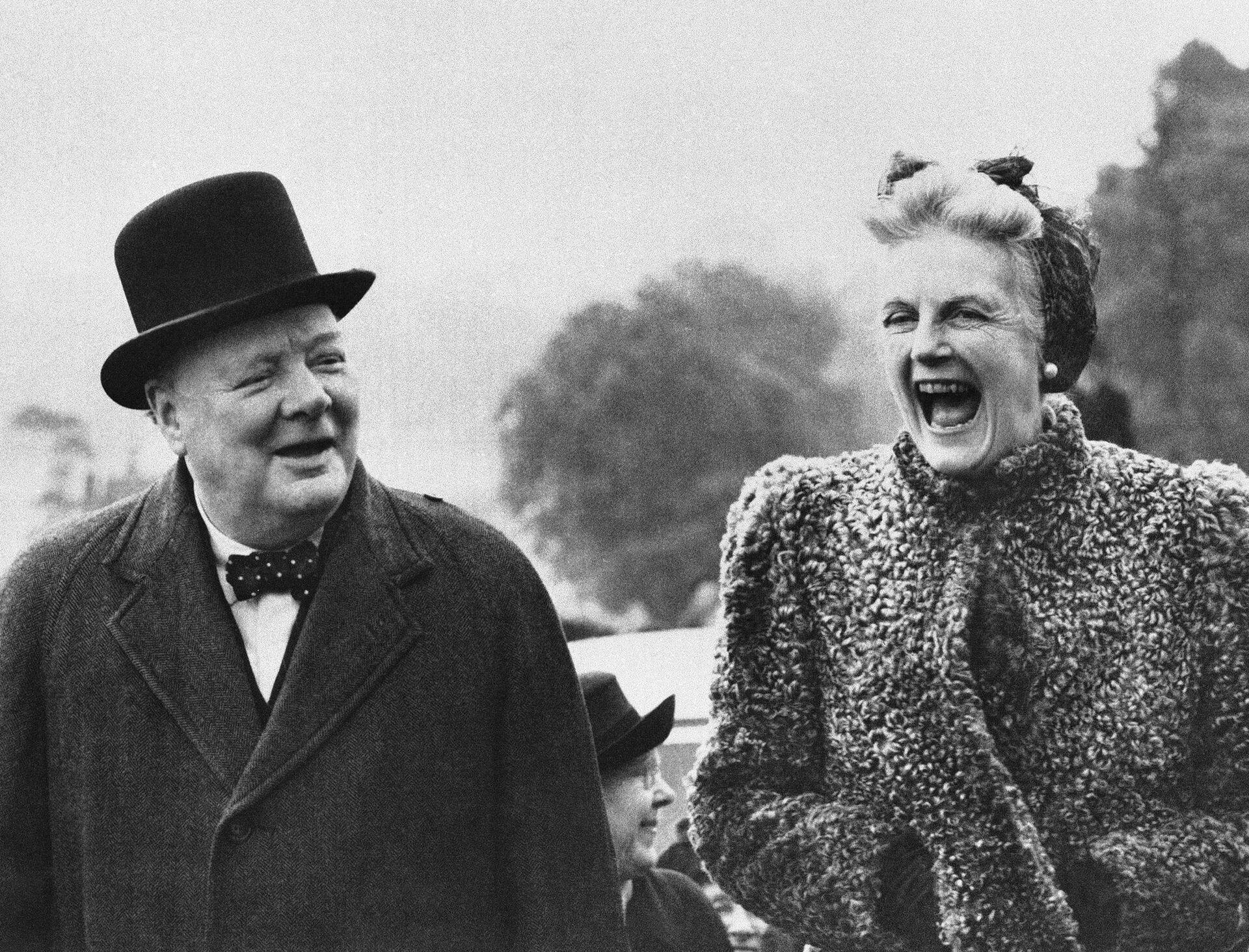 Премьер-министр Великобритании Уинстон Черчилль с женой Клементиной, 27 мая 1945 - РИА Новости, 1920, 15.09.2020