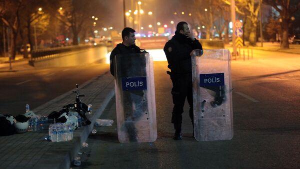 Полиция на месте взрыва у общежития для военных в центре Анкары. Архивное фото