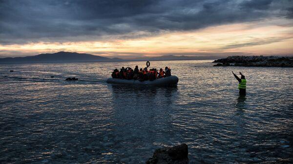 Беженцы на надувной лодке прибывают на греческий остров Лесбос. Архивное фото