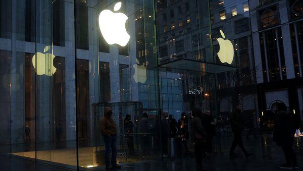 Люди около магазина Apple на Пятой авеню в Нью-Йорке. Архивное фото