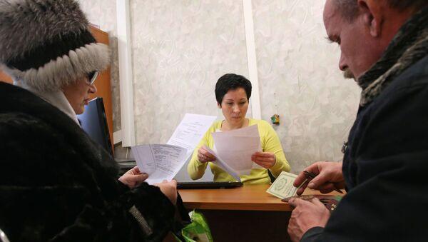Посетители на приеме у специалиста бюро приватизации жилищного фонда