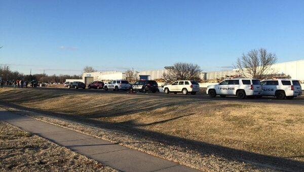 Полиция у предприятия Excel Industries где была открыта стрельба, Канзас