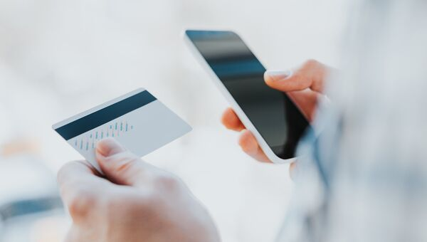 Кредитная карта и интернет. Архивное фото.