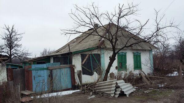 Брошенный дом в деревне в Донбассе. Архивное фото