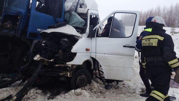 Сотрудники МЧС Пензенской области на месте ДТП с участием микроавтобуса и грузовика в котором пострадали 12-ть человек, из них девять погибли