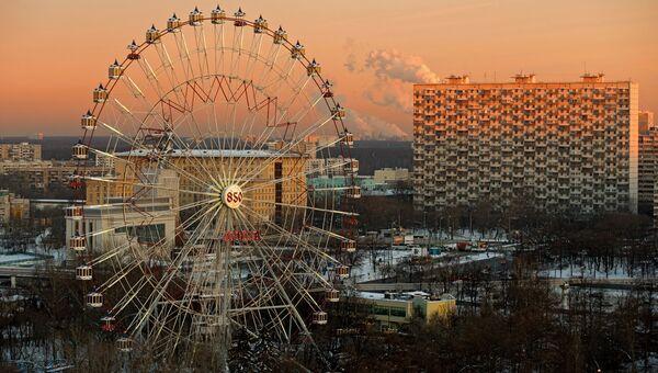 Вид на колесо обозрения с горнолыжной рампы на всероссийский выставочный центр в Москве. Архивное фото