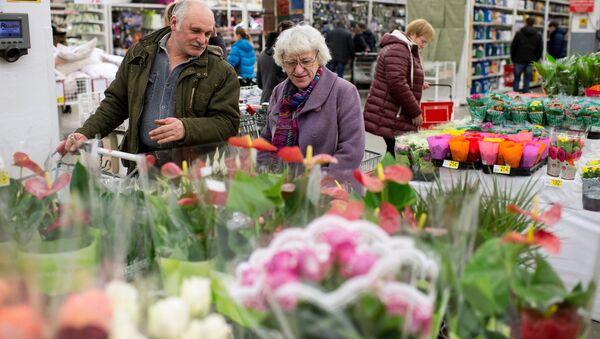 Посетители супермаркета Лента выбирают цветы в преддверии праздника 8 марта. Архивное фото