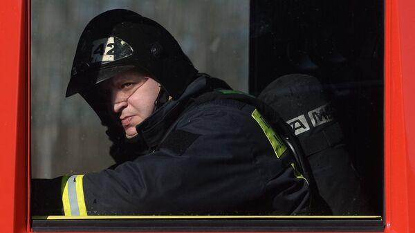 Сотрудник пожарно-спасательного подразделения. Архивное фото
