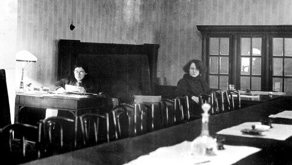 Зал заседаний Совнаркома в Кремле. Слева - секретарь СНК Лидия Александровна Фотиева, 1930-е годы