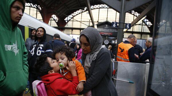 Беженцы из Сирии на железнодорожной станции в Копенгагене. 2015 год