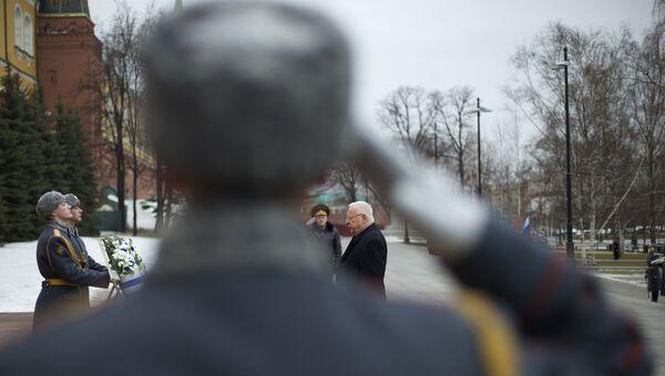 Президент Израиля Реувен Ривлин на церемонии возложения цветов к могиле неизвестного солдата у Кремля. 16 марта 2016