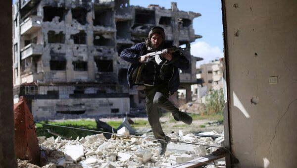 Боевик из группировки Джейш аль-Ислам (Армия ислама) в пригороде Дамаска, Сирия. Архивное фото