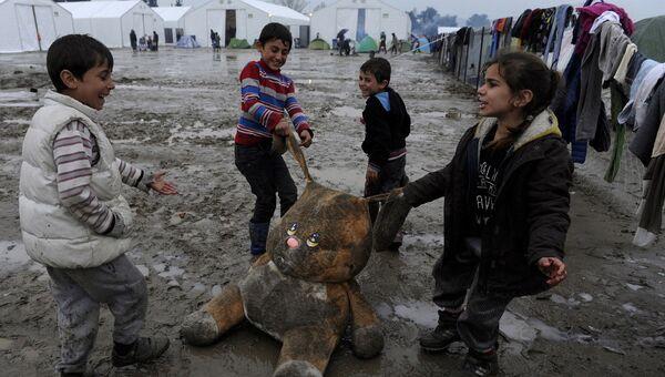 Дети беженцев играют в лагере на границе Греции и Македонии. Архивное фото