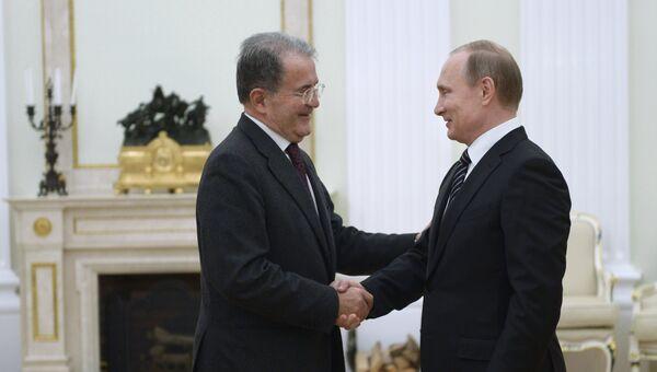 Президент России Владимир Путин (справа) и бывший председатель Совета министров Италии Романо Проди во время встречи в Кремле