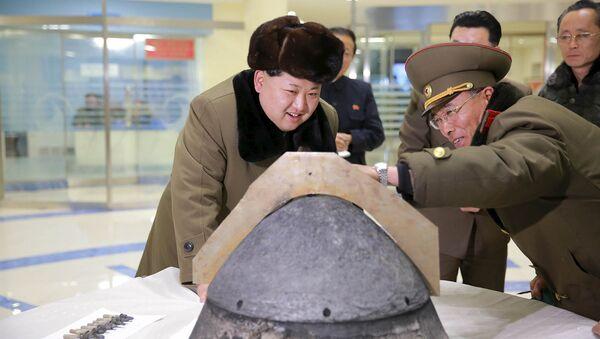 Северокорейский лидер Ким Чен Ын у боеголовки. Архивное фото