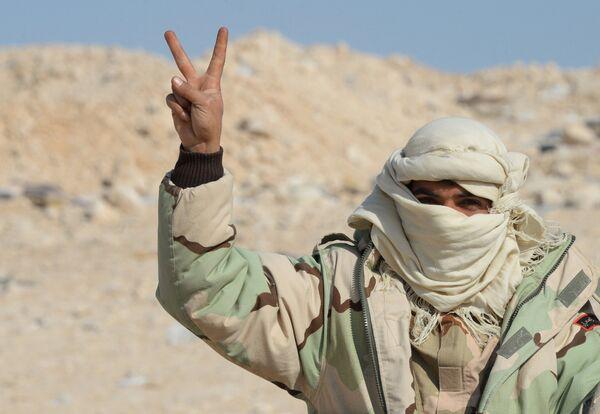 Боец отряда ополчения Соколы пустыни на переднем крае в 10 км от Пальмиры