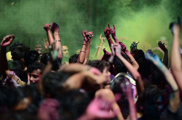 Празднование Холи в Аллахабаде, Индия. 23 марта 2016