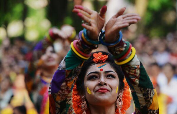 Празднование Холи в Калькутте, Индия. 23 марта 2016 года