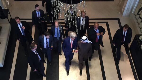 Государственный секретарь США Джон Керри с наследным принцем Абу-Даби Мухаммедом Аль-Нахайяном во время встречи в Москве