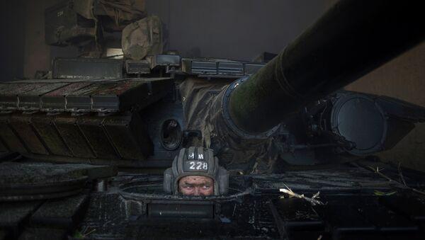 Ополченец ЛНР во время отвода вооружений калибра менее 100 миллиметров от линии соприкосновения в самопровозглашенной Луганской народной республике