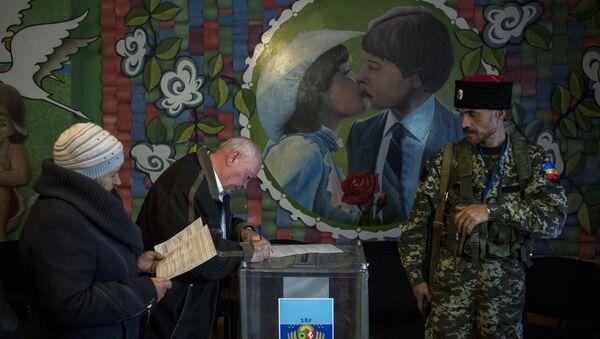Жители Луганской области голосуют на досрочных выборах главы ЛНР и депутатов Народного Совета ЛНР в поселке Володарск