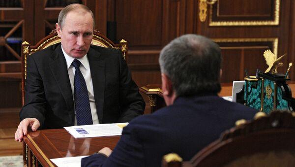 Рабочая встреча президента РФ В. Путина с главой компании Роснефть И. Сечиным. Архивное фото
