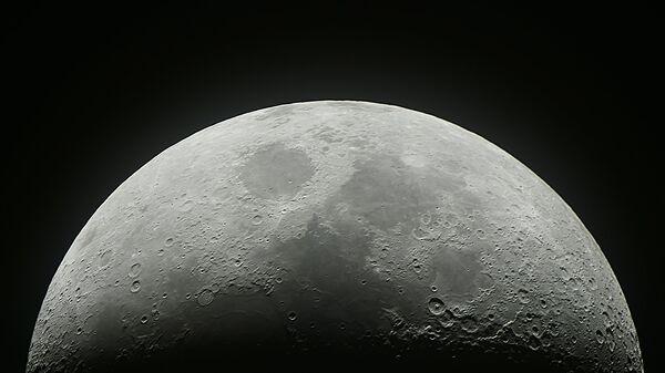 Растущая луна в небе над Москвой