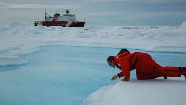 Ученый тестирует воду в Северном Ледовитом океане. 24 июля 2005