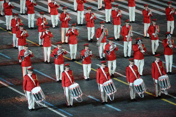 Центральный оркестр Швейцарской армии на закрытии международного военно-музыкального фестиваля Спасская башня на Красной площади в Москве