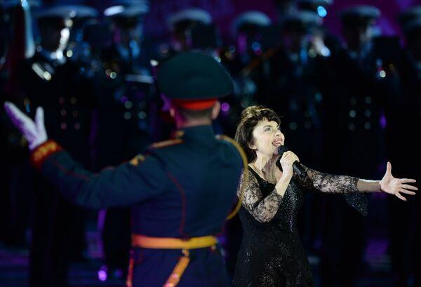 Французская певица Мирей Матье на торжественном открытии международного военно-музыкального фестиваля Спасская башня на Красной площади