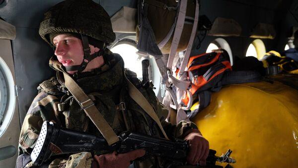 Военнослужащий во время первого этапа совместных учений подразделений ВДВ РФ и Белоруссии. Архивное фото
