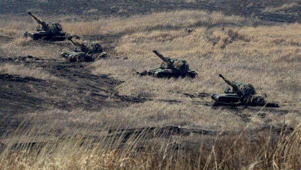 Батарея самоходных гаубиц Мста-С на огневой позиции во время двухсторонних учений на полигоне Клерк в Приморском крае