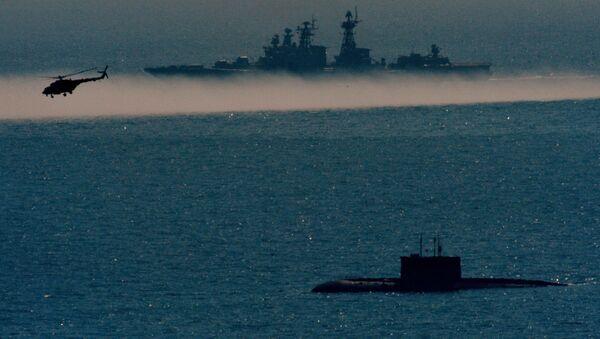 Дизельная подводная лодка проекта Варшавянка, большой противолодочный корабль Адмирал Пантелеев и вертолет Ми-8АМТШ во время двухсторонних учений на полигоне Клерк в Приморском крае. Архивное фото