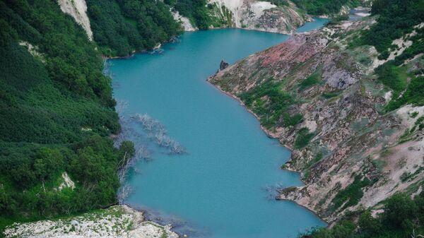 Вид на озеро Гейзерное в Долине Гейзеров в Кроноцком государственном природном биосферном заповеднике на Камчатке. Архивное фото