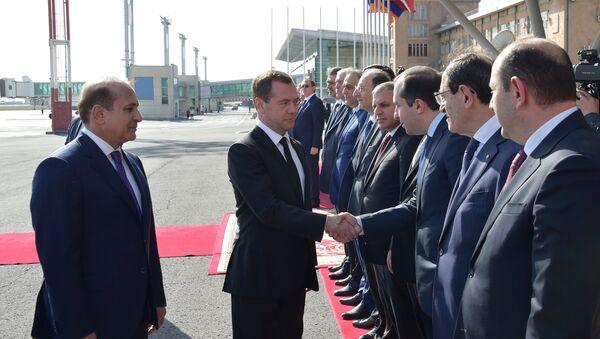 Председатель правительства РФ Дмитрий Медведев и премьер-министр Армении Овик Абраамян во время церемонии официальной встречи в аэропорту Звартноц. 7 апреля 2016. Архивное фото