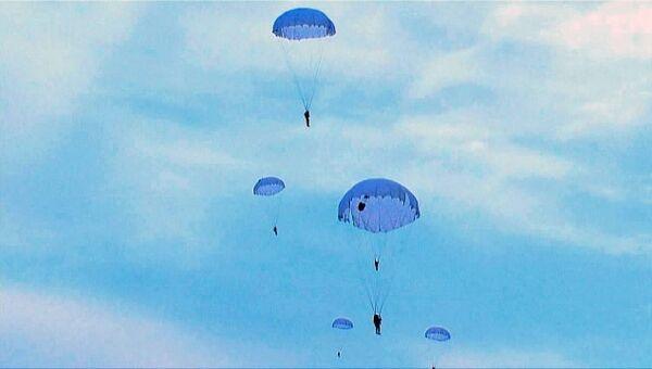 Совместные учения ВДВ РФ и Белоруссии: прыжки с парашютом и форсирование рек