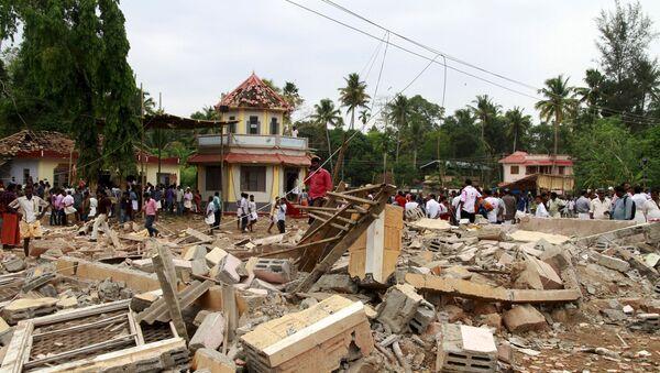 На месте пожара в храме в Индии в штате Керала, 10 апреля 2016 года