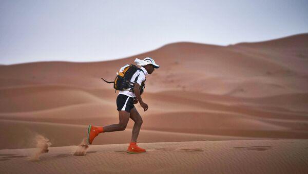 Участник соревнований тренируется перед началом марафона