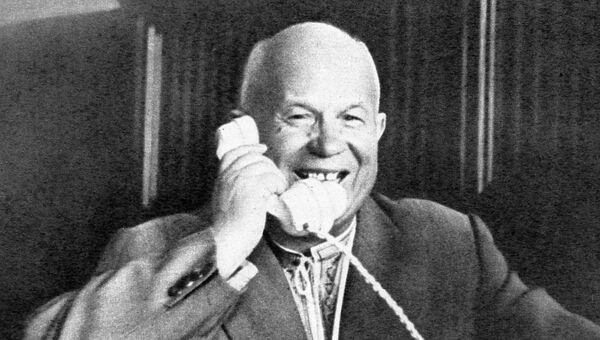 Первый секретарь ЦК КПСС Председатель Совета Министров СССР Никита Сергеевич Хрущев говорит по телефону с первым космонавтом Юрием Гагариным