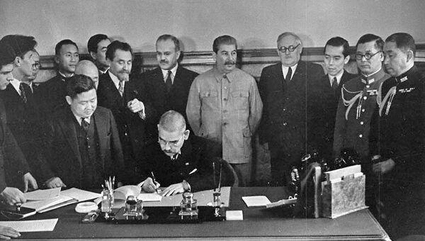 Министр иностранных дел Японии Иосуке Мацуока подписывает Пакт о нейтралитете между СССР и Японией. 13 апреля 1941 года. Архив