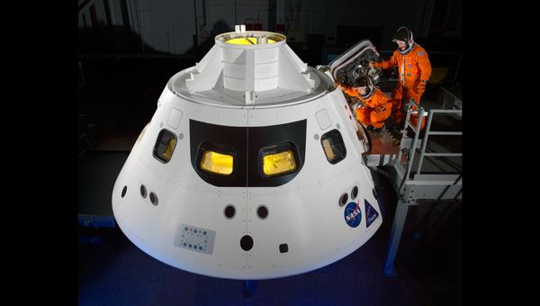 Астронавты НАСА входят в космический корабль Орион