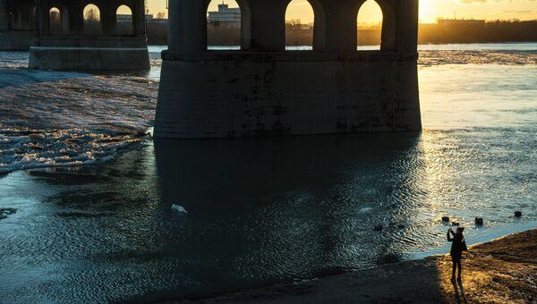 Ленинградский мост через реку Иртыш в городе Омске. Архивное фото