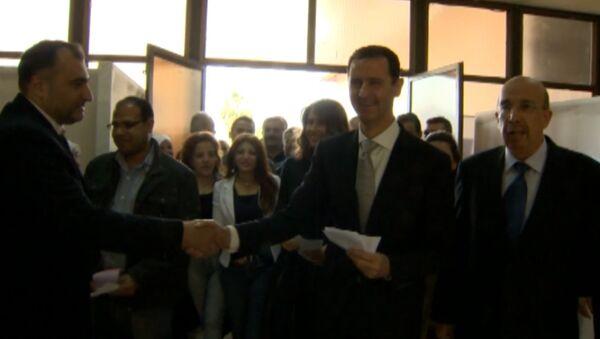 Асад с женой пожали руки сирийцам после голосования на парламентских выборах
