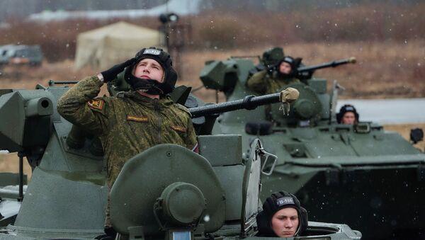 БТР-82А механизированной колонны войск Западного военного округа (ЗВО) во время тренировки к военному параду, посвященному 71-й годовщине Победы в Великой Отечественной войне, на аэродроме города Пушкина