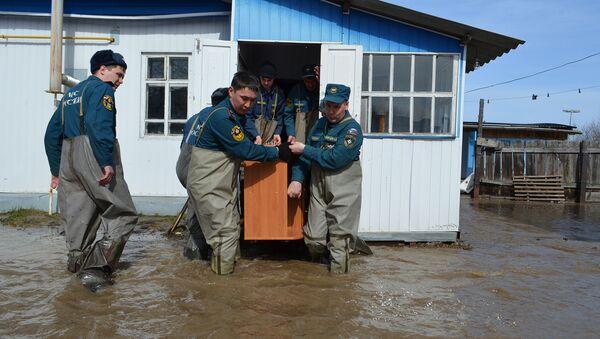 Сотрудники МЧС ведут работу по ликвидации паводка в городе Ишим. Архивное фото