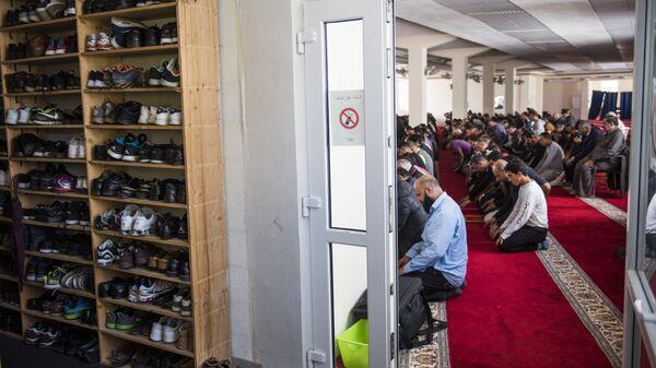 Мусульмане в мечети. Берлин, Германия. Архивное фото