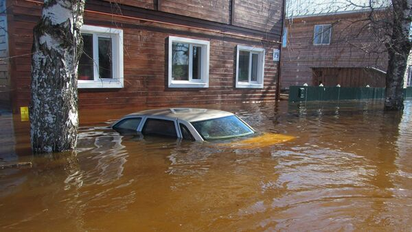 Затопленный автомобиль во время паводка в Великом Устюге